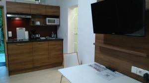 Schlafzimmer mit Kochgelegenheit und Essplatz
